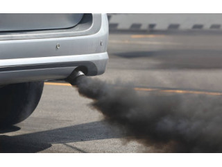 Черный дым из выхлопной трубы дизеля